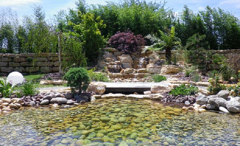 Cr ation d 39 un enrochement avec cascade villette d 39 anthon for Amenagement jardin 974